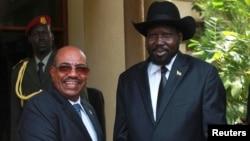 South Sudan's President Salva Kiir (R) welcomes his Sudan counterpart Omar Hassan al-Bashir outside his Presidential office in Juba, April 12, 2013.