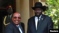 南苏丹总统基尔(右)4月12日在朱巴的总统府外迎接苏丹总统巴希尔
