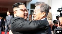 Le président sud-coréen Moon Jae-in, à droite, s'embrasse avec le leader nord-coréen Kim Jong Un lors de leur deuxième sommet au nord du village de Panmunjom dans la zone démilitarisée (DMZ), 26 mai 2018.