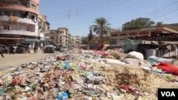 کراچی کی شاہراہ پر لگے کچرے کے ڈھیر سے شہریوں کو گزرنا مشکل ہوگیا ہے۔