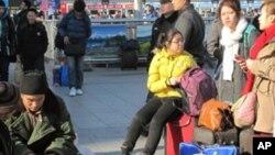 在北京站等候上车返乡的农民工(2012年1月21号资料照)