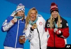 女子单板滑雪坡面障碍技巧项目奖牌获得者(由左至右):加拿大选手劳丽·布罗恩(银牌)、美国选手杰米·安德森(金牌)、芬兰选手艾尼·卢卡亚勒维(铜牌)(2018年2月12日)