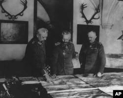德国皇帝威廉二世(中)与他的将军们