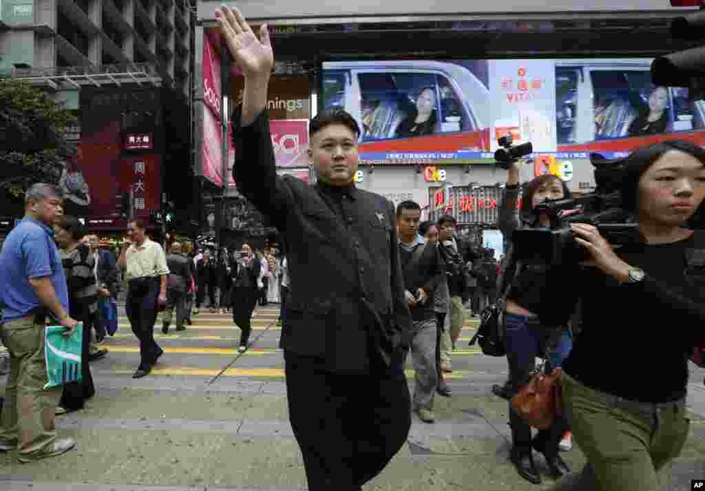 북한 김정은 북한 국방위원회 제1위원장을 흉내내는 35세 홍콩 남성이 27일 김정은 제1위원장 복장을 하고 홍콩 거리를 걸어가고 있다.