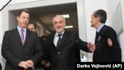 Vi imate sada da u sudnicu dolazi Šešelj u pratnji svojih radikala, ometaju samo suđenje: Vladimir Vukčević sa bivšim tužiocem Haškog suda Seržom Bramercom 2011.