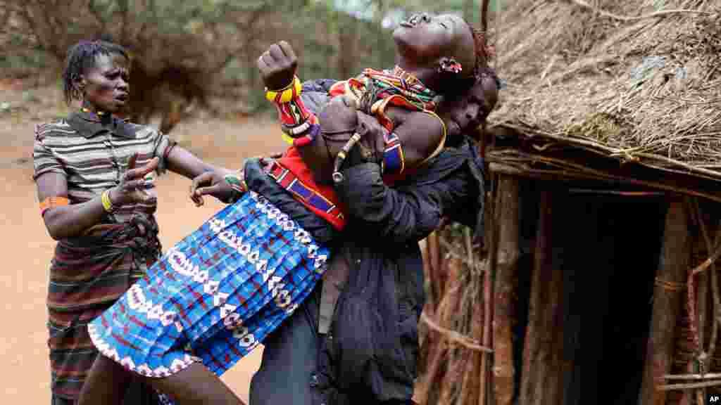 Une jeune kényane mariée sans son accord avec un homme habitant à plus de 80 km de son domicile familial. Les hommes de la famille viennent chercher la jeune mariée pour l'emmener de force vers son mari.