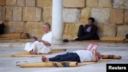 Des Musulmans lisent le Coran à l'intérieur de la mosquée Zitouna pendant le ramadan à Tunis, en Tunisie, le 15 juin 2016.