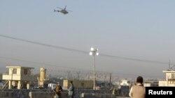 Вертолет сил безопасности Афганистана ведет огонь по террористам. Джелалабад, Афганистан. 2 декабря 2012 года