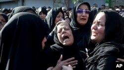 Keluarga korban serangan teror yang diduga dilakukan oleh Gerakan Perjuangan Arab bagi Pembebasan Ahwaz (ASMLA) di Kota Ahvaz, Iran, 24 September 2018.