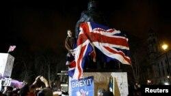 برطانوی شہری سابق وزیرِ اعظم ونسٹن چرچل کے مجسمے کے پاس یورپی یونین سے علیحدگی کا جشن منا رہے ہیں۔