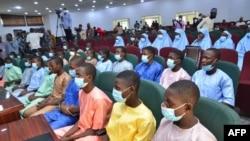 Siswa yang diculik dari Government Science College Kagara duduk di aula konferensi negara setelah dibebaskan di Minna, Negara Bagian Niger, Nigeria tengah, pada 27 Februari 2021. (Foto: AFP)