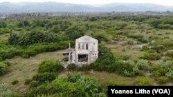 Bekas bangunan rumah yang rusak di lokasi likuefasi Petobo, Palu Selatan, Kota Palu, Sulawesi Tengah. Senin, (6/10) Foto : Yoanes Litha