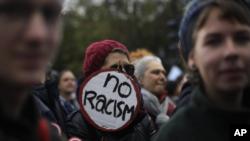 """Los participantes portaban letreros que decían """"Humanidad primero"""", """"Detener a AfD"""" y """"Mi corazón late por la diversidad""""."""