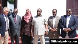 Madaxda Puntland iyo Galmudug oo ay la taagan yihiin Madaxweynaha, RW iyo Wakiilka QM ee Somalia (Sawir by Radio Muqdisho)