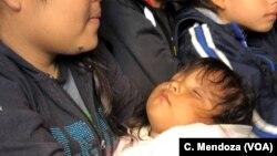 9 Nisan 2019, Ciudad Juarez, Meksika - Hasta çocuğuyla birlikte Meksika sınırını geçerek ABD'ye sığınma talebinde bulunmaya çalışan Guatemalalı anne ve bebeği