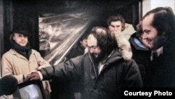 Справа налево: Джек Николсон, Стенли Кубрик и Леон Витале на съемках «Сияния».