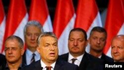 빅토르 오르반 헝가리 총리(왼쪽 2번째)가 2일 부다페스트에서 유럽 난민할당제 반대 국민투표에 대한 견해를 밝히고 있다.