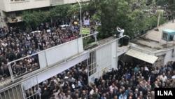 تجمع مقابل خانه کارگر که معترضان شعارهایی سر دادند.