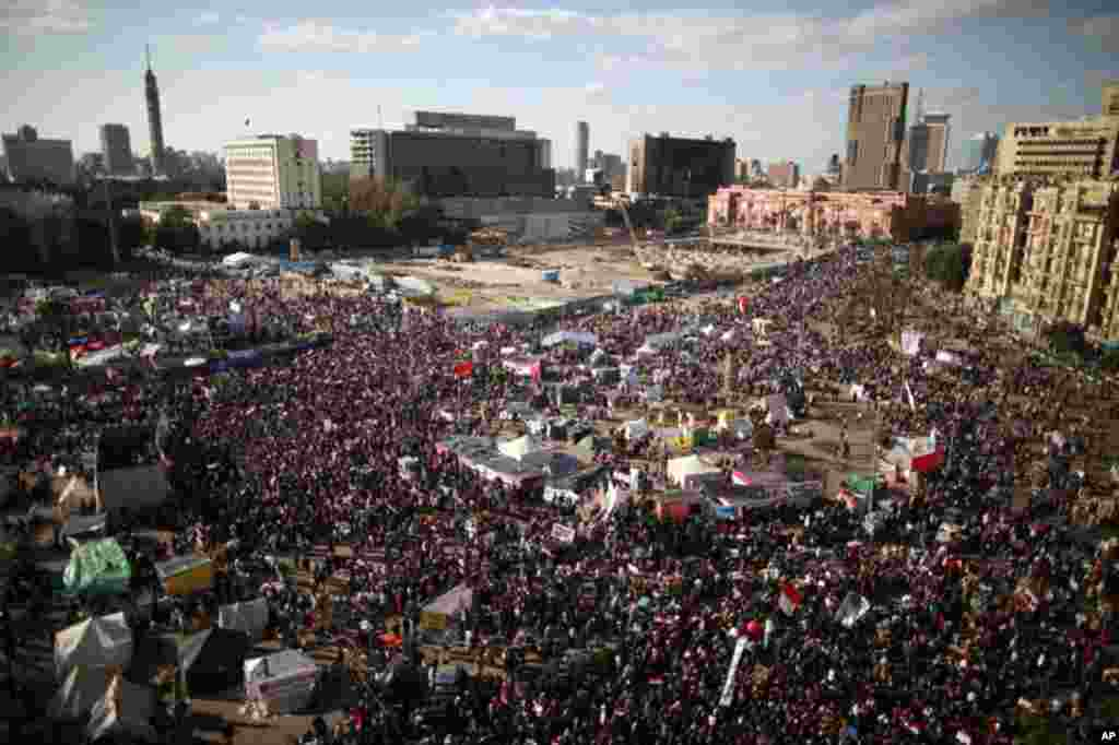 Demonstrators demanding the army to hand power to civilians at Tahrir square in Cairo. January 27, 2012. (Reuters)