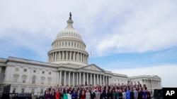 2018年11月14日,新当选的国会议员在国会大厦前合影(美联社)