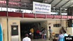 ការដាច់ថាមពលអគ្គិសនី បានកើតឡើងនៅក្នុងមន្ទីរពេទ្យមិត្តភាពកម្ពុជា-ចិនព្រះកុសុមៈ នារសៀលថ្ងៃទី ២៦ ខែមេសា ឆ្នាំ២០១៩។ (ហ៊ុល រស្មី/VOA Khmer)