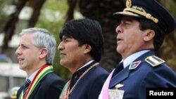El presidente de Bolivia, Evo Morales (centro), junto a su vicepresidente Álvaro García Linera (izquierda) y el comandante de las Fuerzas Armadas, general Tito Gandarillas.
