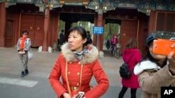 游人在北京大学入口拍照留念(2014年11月20日资料照)