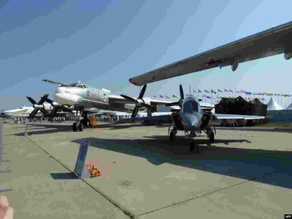 """Снова Ту-95, а рядом с ним учебно-тренировочный """"малыш"""" Як-132"""