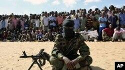 Mwanamgambo wa Alshabab akiwa anaonyesha jambo kwa umma huko Elasha kusini mwa Mogadishu.
