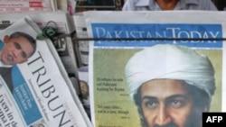 Báo chí đưa tin về cái chết của bin Laden bán tại một sạp báo ở thành phố Lahore của Pakistan