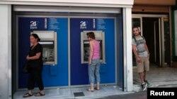 12일 그리스 아테네의 한 은행 지점에서 현금을 찾는 주민들.