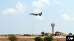 Un avion militaire décolle depuis la ville portuaire de Misrata, en Libye, le 5 avril 2016.