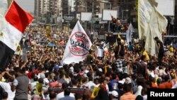 Anggota Persaudaraan Muslim dan pendukung Mantan Presiden Morsi melakukan protes terhadap pemerintah militer di Alun-alun Rabaa al-Adawiya, Nasr, Kairo (4/10/2013)
