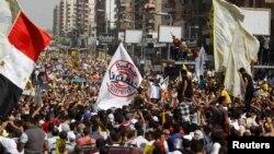 ສະມາຊິກຂອງກຸ່ມພະລາດອນພາບມຸສລິມ ແລະພວກສະໜັບສະໜຸນ ປະທານາທິບໍດີ ທີ່ຖືກໂຄ່ນລົ້ມ ທ່ານ Mohamed Morsi ເດີນຂະບວນ ປະທ້ວງຕໍ່ຕ້ານພວກທະຫານ ທີ່ຈະຕຸລັດ Rabaa al-Adawiya ໃນກຸງໄຄໂຣ (4 ຕຸລາ 2013)