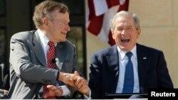 George Bush padre ya está retirado de la política y Bush hijo dice no querer opinar en esta elección.