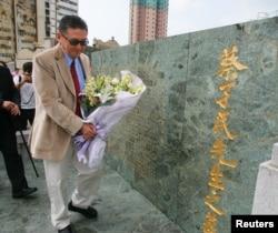 台湾特立独行的作家和学者李敖2005年9月29日在香港的中国教育家兼北京大学首任校长蔡元培的墓地献上花束