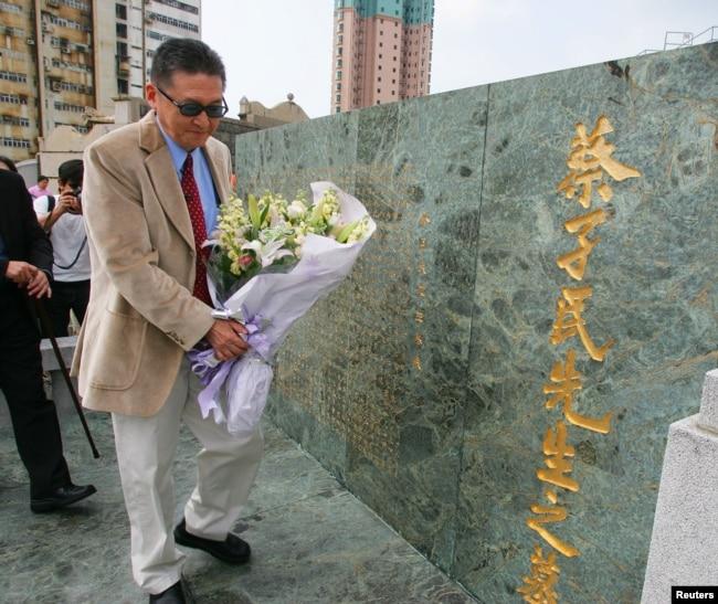 台灣特立獨行的作家和學者李敖2005年9月29日在香港的中國教育家兼北京大學首任校長蔡元培的墓地獻上花束