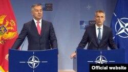 Міло Джуканович і Єнс Столтенберґ на прес-конференції у Брюсселі після підписання протоколу.