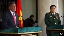 Bộ trưởng Quốc phòng Hoa Kỳ Leon Panetta và Bộ trưởng Quốc phòng Việt Nam Phùng Quang Thanh trong cuộc họp báo tại Hà Nội, ngày 4/6/2012