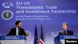 El jefe de los negociadores europeos, Ignacio García Bercero (izq.) y el de los estadounidenses, Dan Mullaney, en Bruselas.