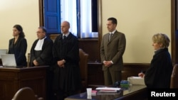 Mantan pelayan Paus Benediktus, Paolo Gabriele (dua dari kanan) mendengarkan putusan dari pengadilan Vatikan (6/10). Pengadilan menjatuhkan huluman penjara 18 bulan atas keterlibatannya dalam pencurian surat-surat pribadi paus dan membocorkannya ke wartawan.