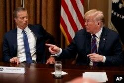 El senador John Thune, republicano por Dakota del Sur, escucha al presidente Donald Trump durante una reunión con gobernadores y legisladores de estados agrícolas en la Casa Blanca. Abril 12 de 2018.