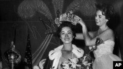Miss Universo 1958, Luz Marina Zuluaga, corona a su sucesora la japonesa Akiko Kojima Miss Universo 1959, en esta imagen de julio 25 de 1959, en Long Beach, California.