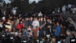 Politisi Imran Khan, tengah, dikelilingi para pendukungnya ketika berbicara kepada wartawan di luar kediamannya di Islamabad, Pakistan, Minggu, 30 Oktober 2016.