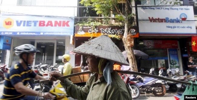 Dù đã tăng trưởng nhiều sau 30 năm, hiện nay thu nhập đầu người của Việt Nam vẫn thấp.