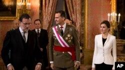Le roi Felipe VI d'Espagne, au centre, et son épouse, la reine Letizia, à droite, en train de quitter la salle avec le Premier ministre Mariano Rajoy, à gauche, lors de la cérémonie annuelle Pascua Militar Epiphanie au Palais Royal à Madrid, Espagne, 6 janvier 2016 .