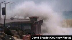 L'ouragan Fred se déferle sur la côte de Cap-Vert