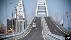 Вид на мост (перед церемонией открытия), соединяющий материковую Россию с Крымским полуостровом. 15 мая 2018 г.