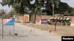 Kawat berduri dipasang oleh pejabat keamanan di dekat tempat kejadian ledakan bom di Bannu 19 Januari 2014.