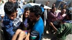 معترضان به کمک زخمی شدگان در صنعا شتافتند. ۲۵ اکتبر ۲۰۱۱